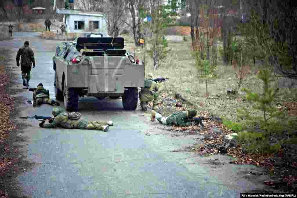 При наближенні до міських поселень військові отримують завдання запезпечити прикриття БТР. Вогнева міць та піхота працюватимуть у тандемі
