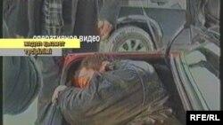 Тұтқынға түскен Терентьев көлік багажнигінде,( жедел топтың түсірілімі) Қарағанды, қараша, 2008 жыл.