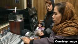 Două femei afgane lucrează într-un studio al Vocii Femeilor (Voice of Women), primul post de radio din Afganistan dedicat intereselor femeilor, la Kabul, în 2005.