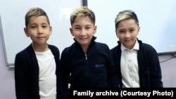 Али (в центре) с братом Амиром и одноклассником. Фото из семейного архива.
