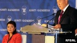 Қазақстан президенті Нұрсұлтан Назарбаев пен оның үлкен қызы Дариға Назарбаева Алматыда Еуразиялық медиафорумда. 27 сәуір 2010 жыл.