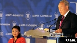 Қазақстан президенті Нұрсұлтан Назарбаев пен оның үлкен қызы Дариға Назарбаева Алматыда Еуразиялық медиа форумда. 27 сәуір 2010 жыл.