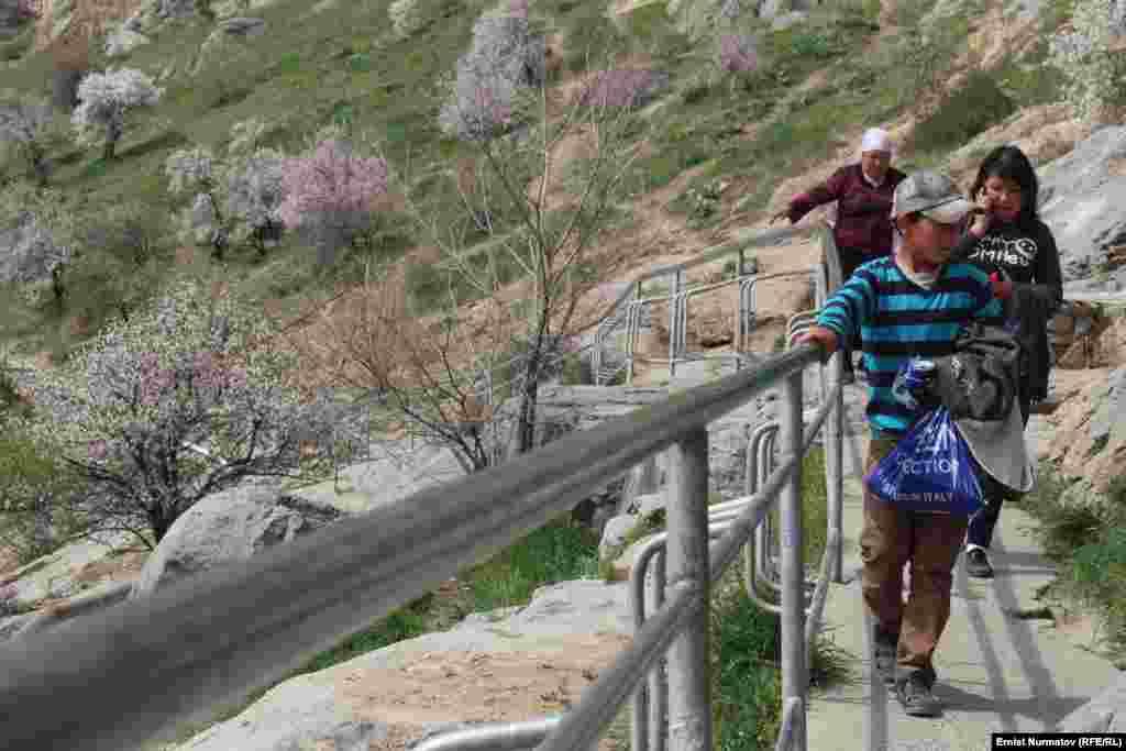 Горожане прогуливаются по склонам горы, наслаждаясь весенней свежестью
