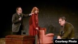 """Сцена од театарската претстава """"Квартет"""" од Роналд Харвуд во режија на Зоја Бузалковска."""