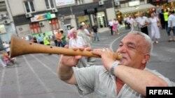 Музичар свири на зурла пред почетокот на прославата за 20-тата годишнина на ВМРО-ДПМНЕ во Скопје