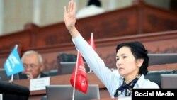 Аида Салянова парламент жыйынында.