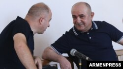 Armenia - Samvel Babayan (R), a former Nagorno-Karabakh army commander, on trial in Yerevan, 28Aug2017.