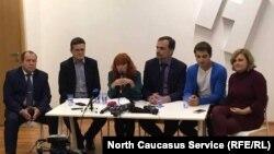 Максим Лапунов (второй справа) на пресс-конференции в окружении правозащитников