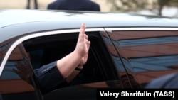 Ким Чен Ын машет рукой из окна машины во Владивостоке