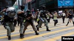 Policija tjera demonstrante, Hongkong, 27 maj 2020.