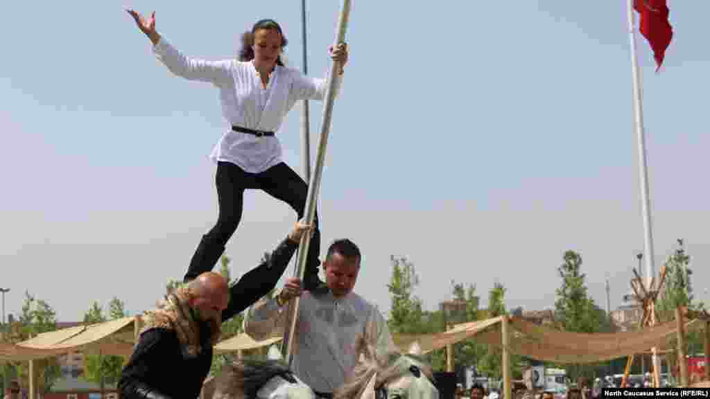 Aкробатические трюки черкесского конного ансамбля.