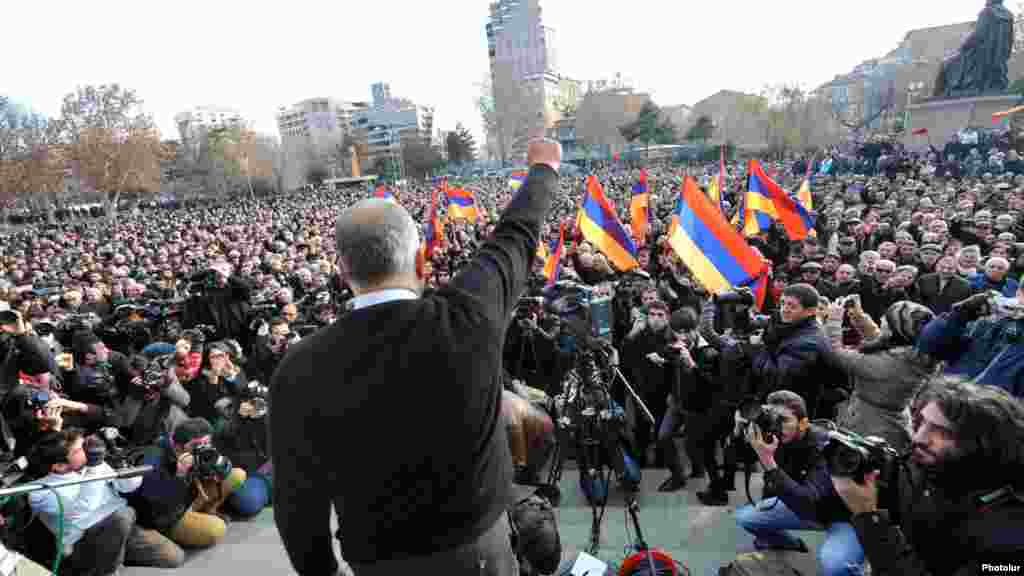 Armenian opposition leader Raffi Hovannisian holds a rally in Liberty Square in Yerevan. (Photolur)
