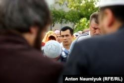 Эмиль Курбединов (в центре)
