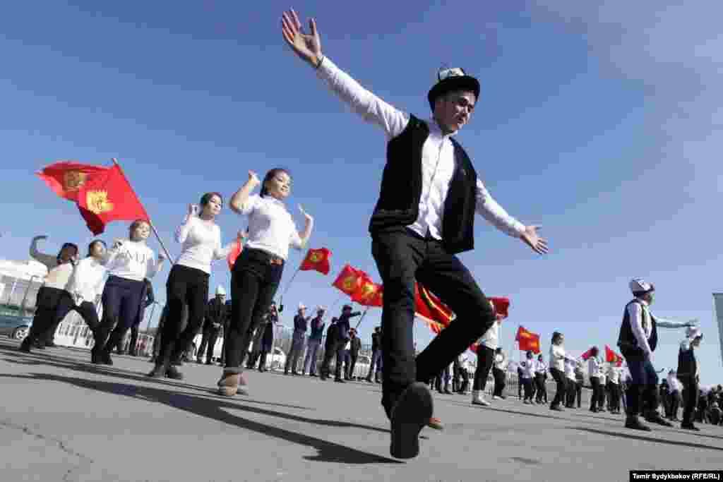 В городах и областных центрах прошли торжественные марши.