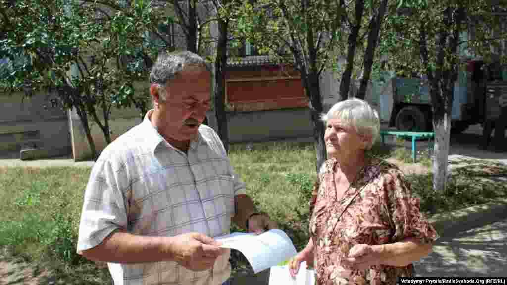 Голова місцевого меджлісу Шевкет Бекиров та громадська активістка Лариса Батієва