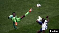 Brazil -- Nigeria's Juwon Oshaniwa (L) fights for the ball with France's Paul Pogba during their 2014 World Cup round of 16 game at the Brasilia national stadium in Brasilia June 30, 2014. REUTERS/David Gray (BRAZIL - Tags: SOCCER SPORT WORLD CUP TPX IMAG
