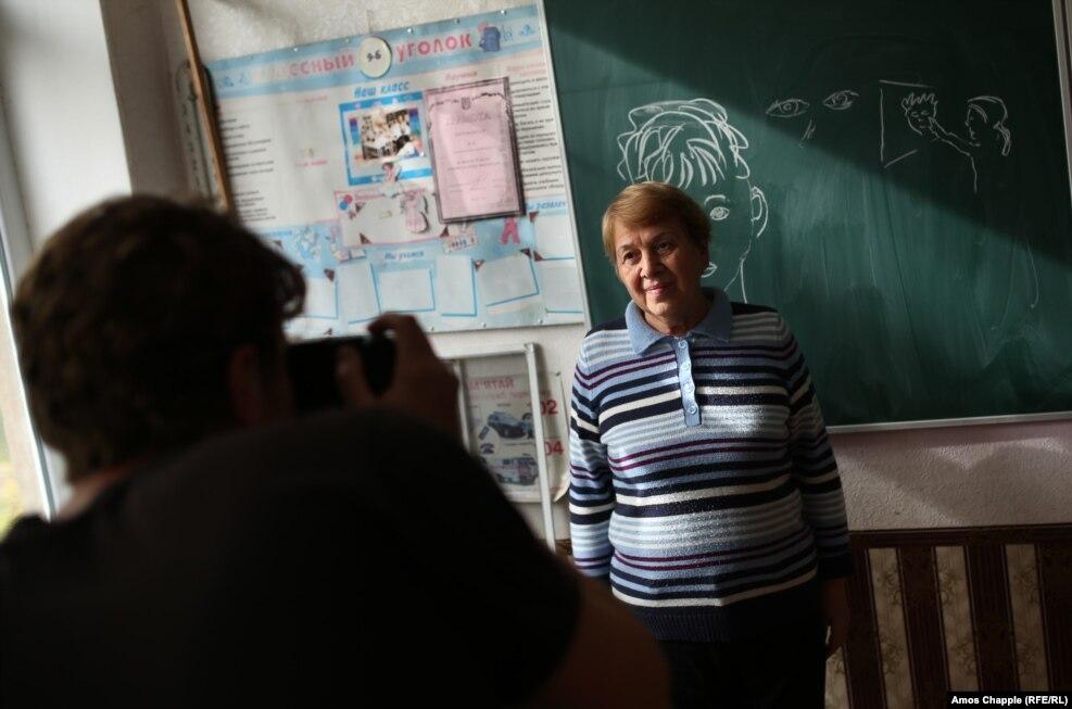 За день до цього ван Хелтен відвідав місцеву школу, щоби сфотографувати Марину Марченко, 73-літню вчительку, яку він обрав для зображення. «Я побачив велику доброту в її очах, – говорить митець. – Також мені хотілось, щоби моя робота мала місцевий колорит»