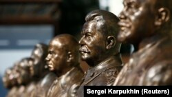 """2017 წლის 22 სექტემბერი, მოსკოვი: საბჭოთა ლიდერების ბიუსტები """"მმართველთა ხეივანში"""""""