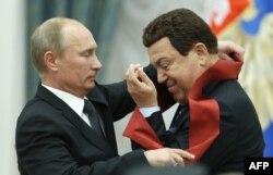 Президент Росії Володимир Путін нагороджує співака Йосипа Кобзона медаллю. Кремль, 29 серпня 2012 року