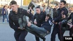 Російські поліцейські затримують учасників акції опозиції в Москві, 6 травня 2015 року