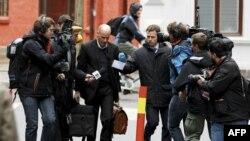 17 aprel 2012 Andres Breivikin vəkili Geir Lippesad Oslo məhkəməsinin qarşısında