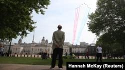Лондон, 8 мая 2020, пролет авиагруппы «Красные стрелы» над центром Лондона