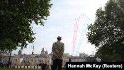 Лондон, 8 мая 2020, пролёт авиагруппы «Красные стрелы» над центром Лондона.