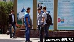Студенты на территории учебного заведения.