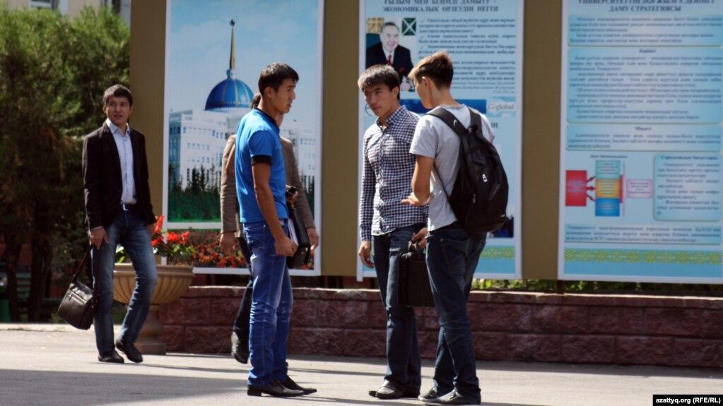 Получить диплом за пределами Казахстана становится дешевле Студенты одного из алматинских вузов Иллюстративное фото