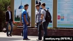 Қазақстандық студент жастар. Алматы, 17 қыркүйек 2013 жыл. (Көрнекі сурет)