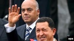 آقای چاوز در مراسم تحلیف ریاست جمهوری، با نقل قول از « چه گوارا » انقلابی کوبایی با صدای بلند گفت: « وطن، سوسیالیسم یا مرگ!»