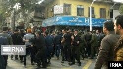 Иранская полиция арестовывает участников протеста.
