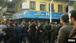 Ирандағы наразылық кезінде полиция адамдарды ұстап жатыр.