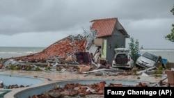 Последствия цунами, Индонезия, 23 декабря 2018 года.