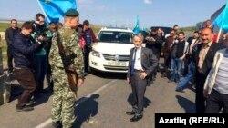Мустафа Джемилев на границе Украины с аннексированным Россией Крымом