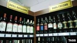 Грузинские вина на полке магазина в России