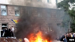 Moldova -- Protesters shout anti-communist slogans as a fire burns outside the parliament building in Chisinau, 07Apr2009