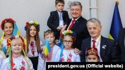 Президент України Петро Порошенко (в центрі) і уповноважений президента України у справах кримськотатарського народу Мустафа Джемілєв (праворуч) під час відкриття меморіальної дошки на будівлі колишньої дипломатичної місії УНР в Туреччині. Стамбул, 3 листопада 2018 року