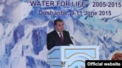 تاجکستان: تاجک ولسمشر امام علي رحمانوف په دوشنبه کې 'اوبله د ژوند لپاره' کنفرانس کې وینا کوي.