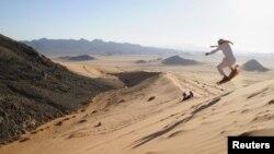Человек на лыжах в пустыне близ города Табук, Саудовская Аравия. Архивное фото.
