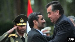 Президент Ирана Махмуд Ахмадинеджад встречает президента Таджикистана Эмомали Рахмона в Тегеране, 26 марта 2010 года.