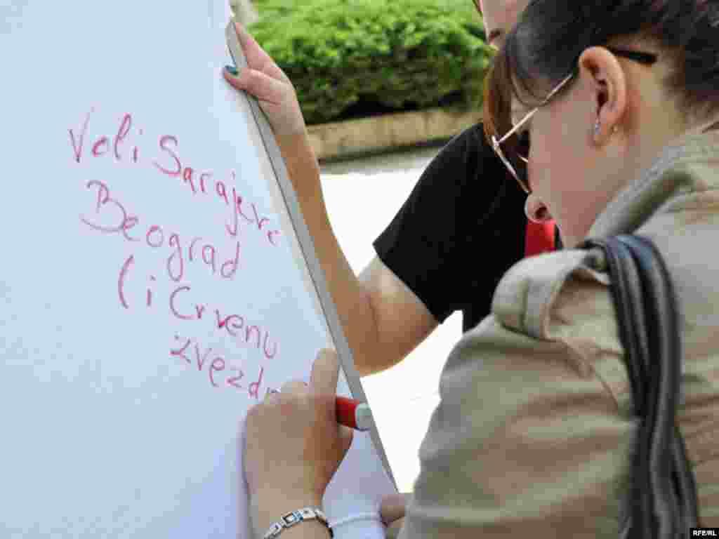Akcija Inicijative mladih za ljudska prava uoči Dana Sarajeva u Beogradu, koji će biti održani od 19. do 23. maja 2010. - Foto: Midhat Poturović