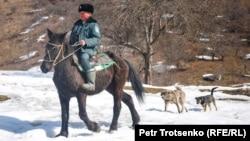 Лесник Болат Байгозиев едет на лошади. Алматинская область, 2 марта 2019 года.