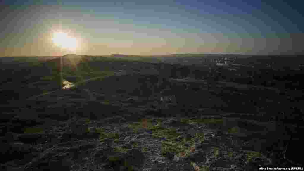 Розкопки міста Пантікапей проводили на північно-західних і західних схилах гори, значну частину території міста некрополя займають будівлі сучасної Керчі