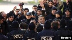 Թուրքիա - Լրագրող Նեդիմ Շեները (կենտրոնում) Ստամբուլի դատարանի շենքի մոտ, մարտ, 2011թ.