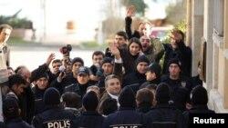 Полиция сот залына алып келе жатқан түрік журналистері Недим Шенер мен Ахмет Сик қол көтеріп тұр. Стамбул, 5 наурыз 2011 жыл.
