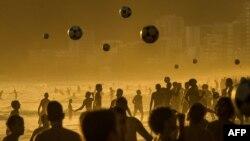 مردمی که در کنار ساحل ایپانما در ریو دو ژانیروی برزیل فوتبال بازی میکنند
