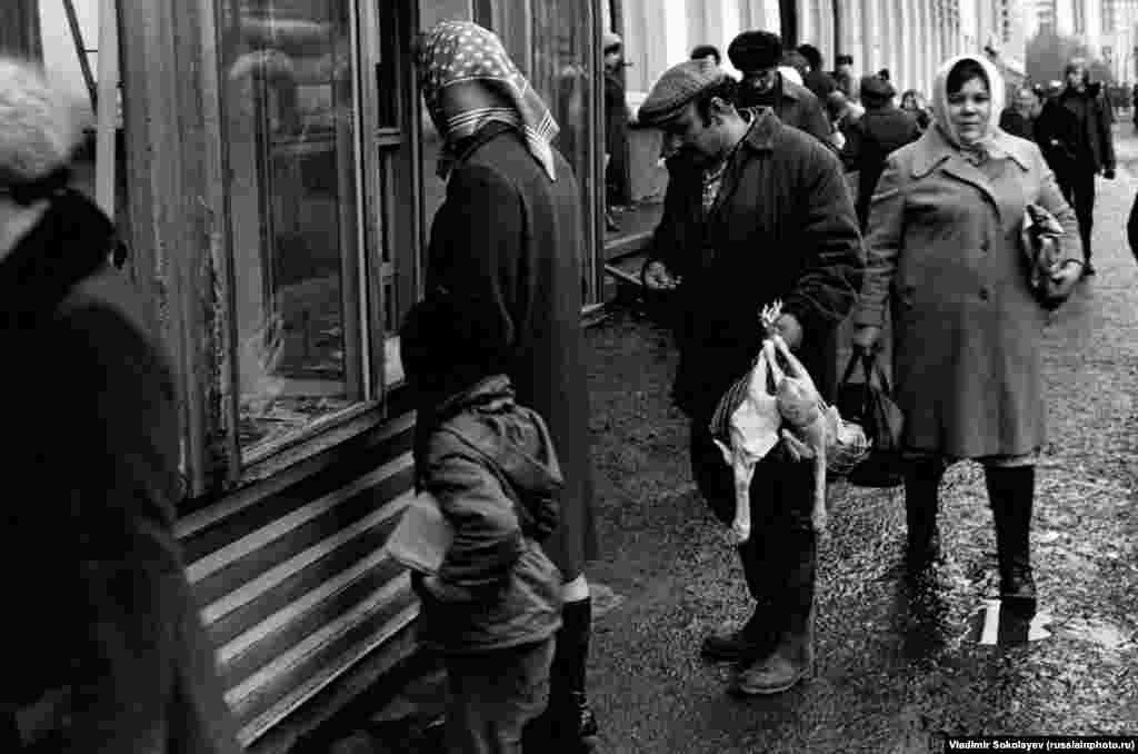 Queue at the newsstand in Novokuznetsk in 1982.