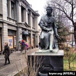 Пам'ятник Олександру Пушкіну біля Кримського академічного драматичного театру імені Максима Горького в Сімферополі