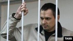 Украиналық режиссер Олег Сенцов Мәскеудегі сот тыңдауында. 26 желтоқсан 2014 жыл.